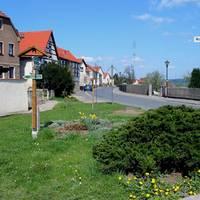 Pößnecker Straße, rechts: Sportgelände