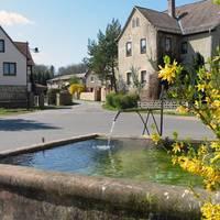 Dorfbrunnen mit Blick in Richtung Seebachweg