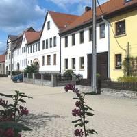 Straße in das Zentrum von Lausnitz
