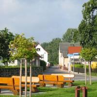 Dorfplatz von Oppurg mit Blick zum Rehmer Weg